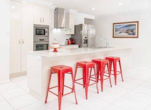 menggunakan kitchen counter sebagai meja makan minimalis